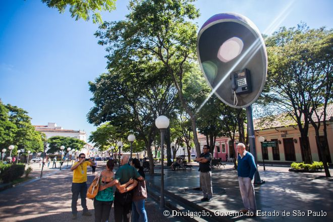 Na Praça dos Exageros é possível encontrar esculturas gigantes, como um tabuleiro e peças de xadrez e um orelhão