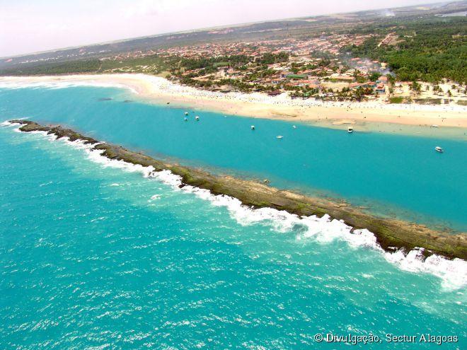 A Praia do Francês e sua extensa barreira de recifes