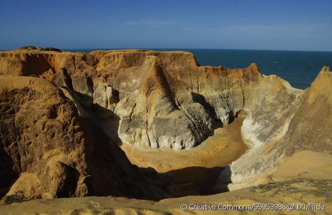 A praia do Morro Branco está localizada na cidade de Beberibe, a 83 quilômetros de Fortaleza