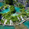 Parque Nacional dos Lagos Plitvice (Croácia) -  Fundado em 1949, este parque é o maior da Croácia e também o mais antigo do sudeste europeu. A área de preservação abriga uma rede interligada de lagos e cachoeiras, formados por águas de tom turquesa que se originam a partir da combinação de minerais e organismos do escoamento dos Alpes Dináricos.