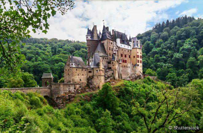 O Castelo de Eltz já foi lar das famílias Rübenach, Rodendorf e Kempenich, e ainda conta com sua mobília original