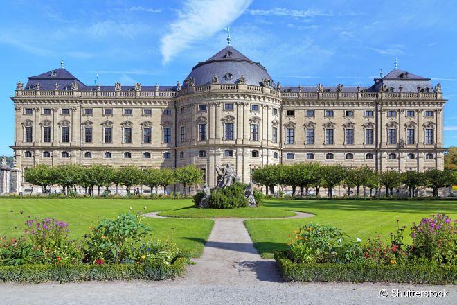 A Residência de Wurtzburgo conta com ambientes bem chamativos, como a grande escadaria, a capela e o grande salão