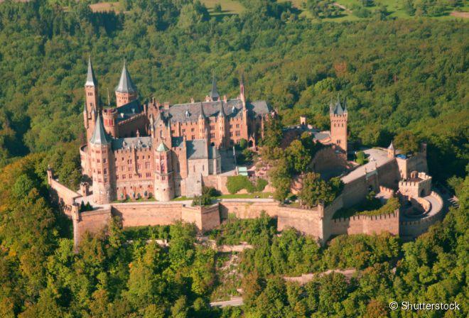 Situado no topo do Monte Hohenzollern, o castelo de Hohenzollern começou sua história no século 11