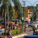 Já Puerto Iguazu, na Argentina, é uma cidade...