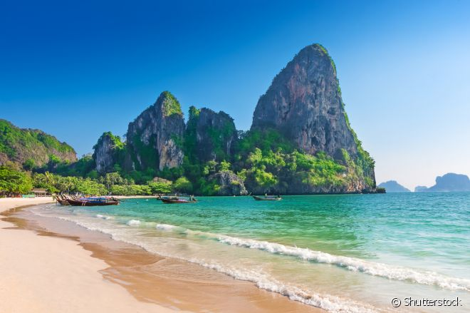 A praia de Railay, em Krabi, é considerada por muitos turistas e moradores locais a melhor praia do país! Na verdade, Railay é formada por um conjunto de quatro praias cristalinas incríveis!