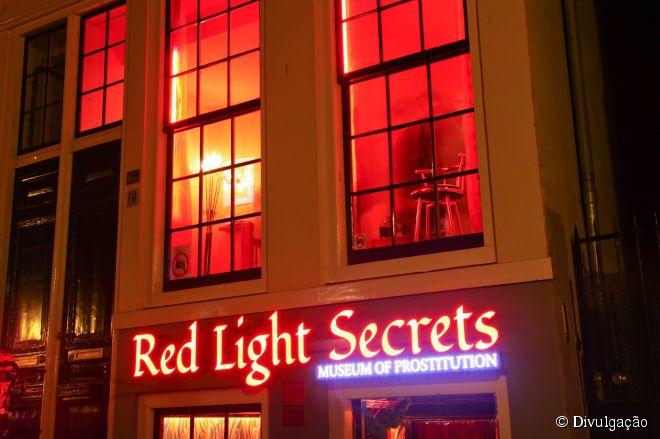 Red Light Secrets (Museu da Prostituição), Holanda  - Considerado um dos pontos mais famosos de prostituição do mundo, o Bairro da Luz Vermelha (Red Light District), em Amsterdã, na Holanda, inaugurou em fevereiro deste ano o curioso Red Light Secrets, o primeiro museu sobre prostituição que se tem notícia. Com mais de 900 prostitutas trabalhando na capital holandesa, não é nenhuma surpresa que os turistas tenham interesse em conhecer o que rola nos bastidores da chamada 'profissão mais antiga do mundo'. Montado dentro de um artigo bordel, o espaço tem a intenção de mostrar a realidade das profissionais por meio da educação sexual. Lá, é possível ficar por dentro de todos os tipos de sexo vistos no bairro, que vão do electro sexo (sim, isso existe) ao sadomasoquismo.