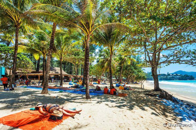 Na alta temporada, Sarin Beach é um sossego. Na época das monções, se transforma em uma das points dos surfistas em Phuket
