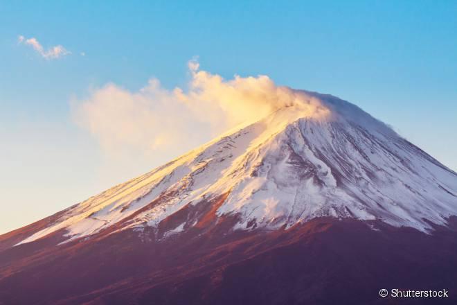 O monte Fuji localiza-se a oeste de Tóquio, no Japão, e tem uma subida de quase quatro quilômetros