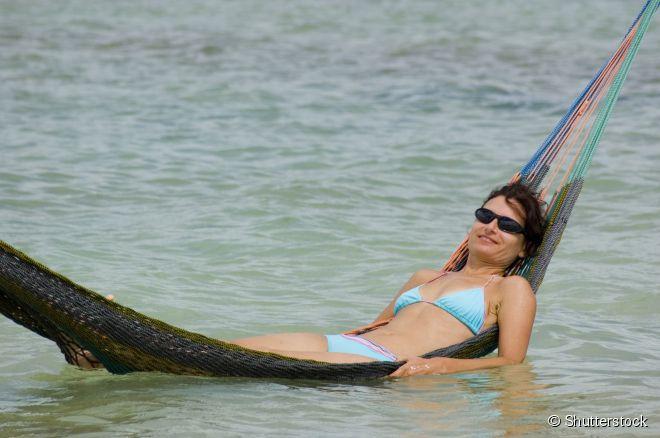 Turista aproveita uma das diversas redes colocadas estrategicamente nas águas convidativas de Jericoacoara