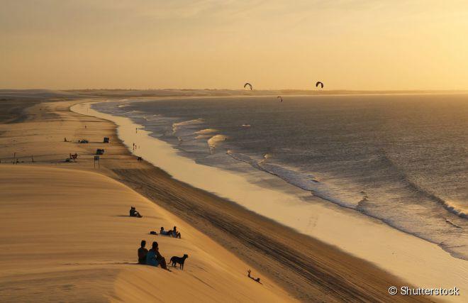 No fim de tarde em Jericoacoara, todos param para admirar o pôr do sol do alto das dunas