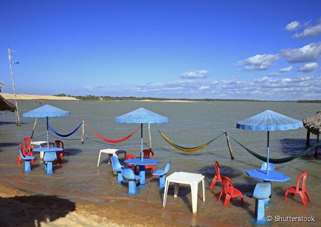 Mesas e cadeiras em Tatajuba, a 25 quilômetros de Jericoacoara