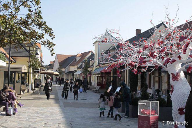 O La Vallée Village fica perto de Paris e conta com serviços exclusivos para o cliente