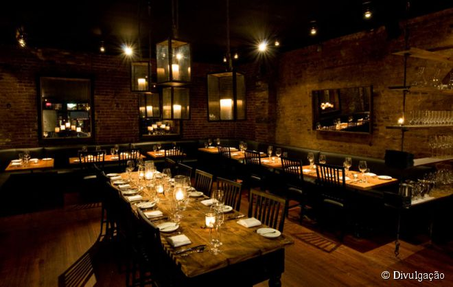 O Restaurant Marc Forgione exala romance com suas paredes de tijolos, espelhos emoldurados e velas que são, praticamente, toda a iluminação do local