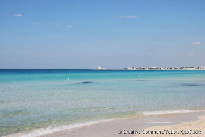 """Baía de Torre Lapillo, Puglia, Itália:  também conhecida como a """"Maldivas da Itália"""", a região de Salento tem praias paradisíacas com águas cristalinas azul-turquesa. Para fugir das faixas de areia lotadas durante o verão, a dica é explorar a cidade de Porto Cesareo, onde fica a belíssima praia da Baía de Torre Lapillo. Normalmente a faixa de areia é deserta, mesmo na alta temporada."""