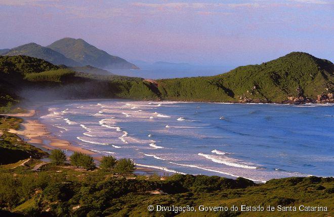 """Localizada a 85 quilômetros da capital Florianópolis, a praia do Rosa foi escolhida uma das dez melhores praias """"secretas"""" do mundo"""