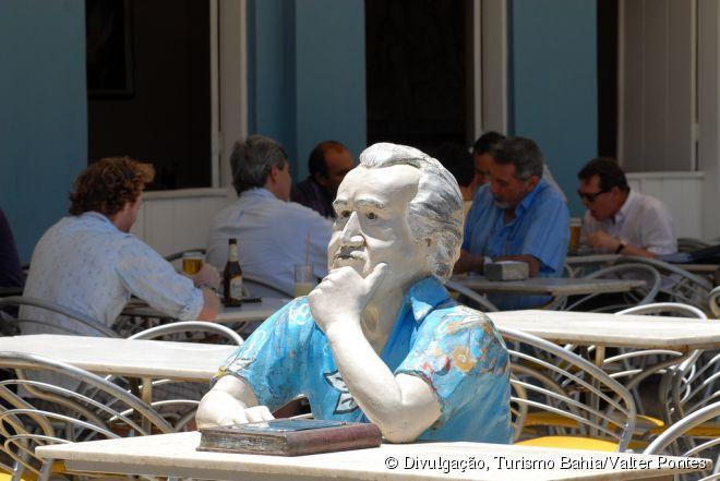 Não deixe de tirar uma foto com a estátua de Jorge Amado no Bar Vesúvio