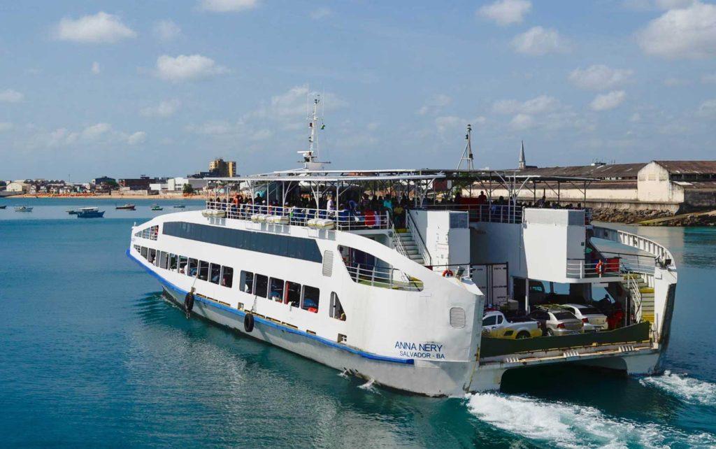 Embarcações de Salvador para Itaparica também transportam carros