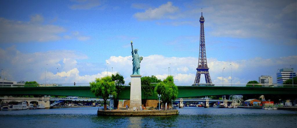 Curiosidades sobre Paris: Por meio de passeios de barco, os turistas conseguem ver a pequena Estátua da Liberdade na Île des Cygnes
