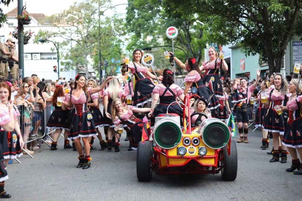 O que fazer em Blumenau: Desfiles da Oktoberfest